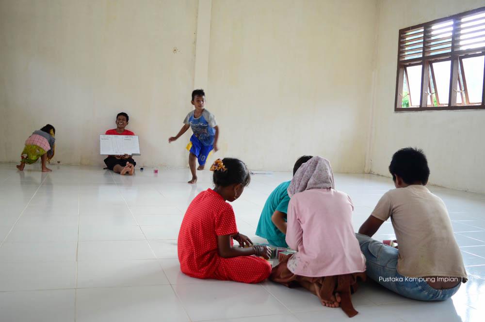 Guru dan anak-anak bermain menyusun kata