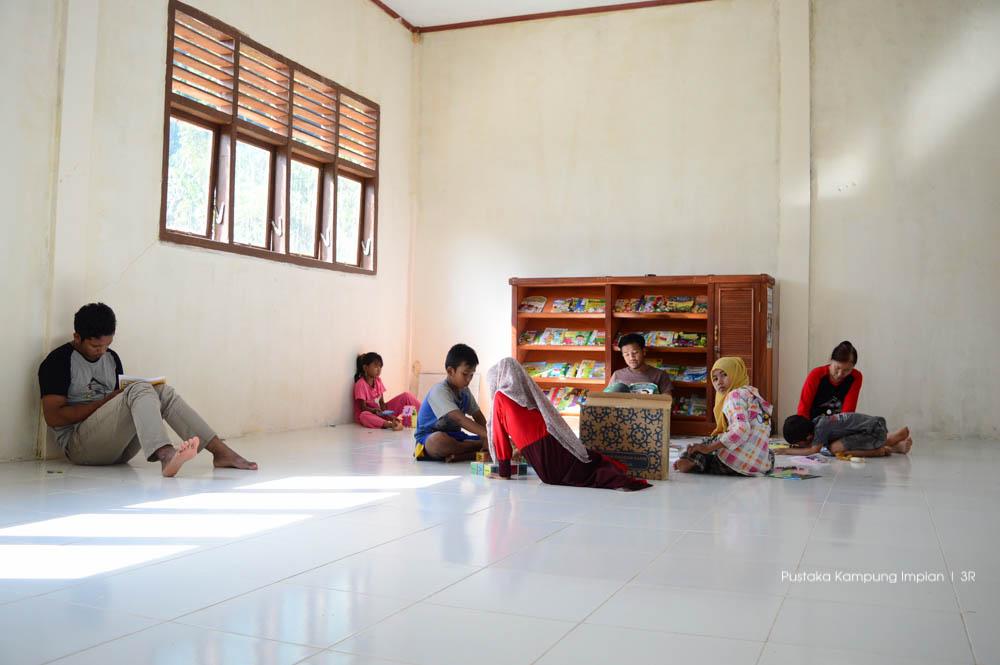 Suasana perpustakaan di Lapeng, walaupun anak-anaknya sedikit, tapi mereka tetap semngat untuk membaca
