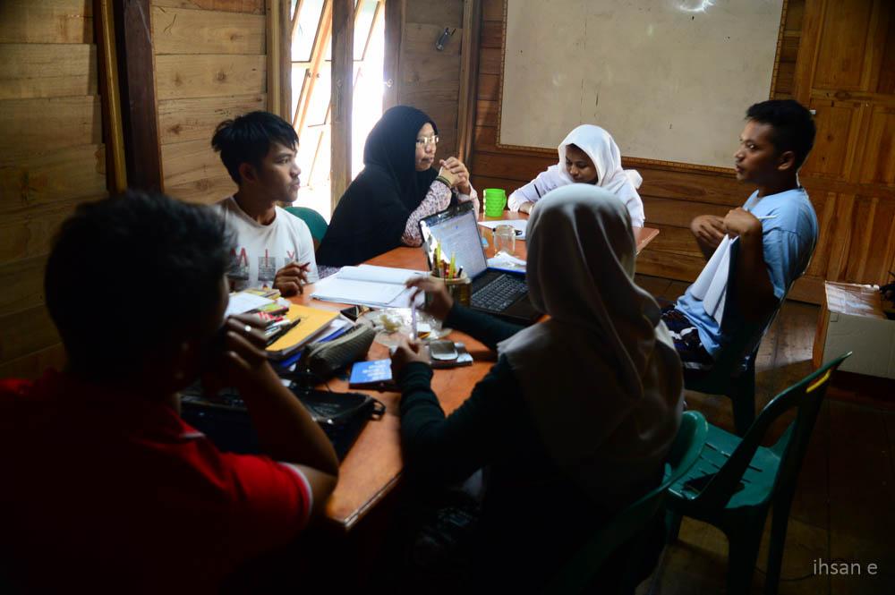 Guru sedang melakukan persiapan kurikulum untuk dibawa ke Pulo Aceh