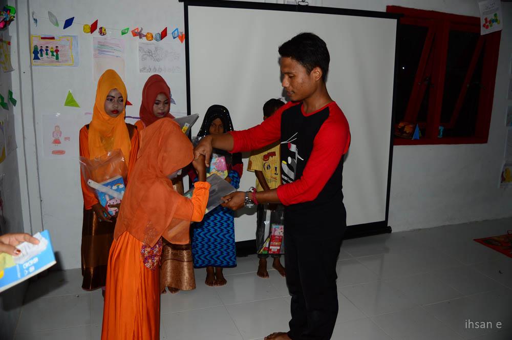 Pembagian hadiah untuk anak yang paling banyak meminjam buku dan membaca