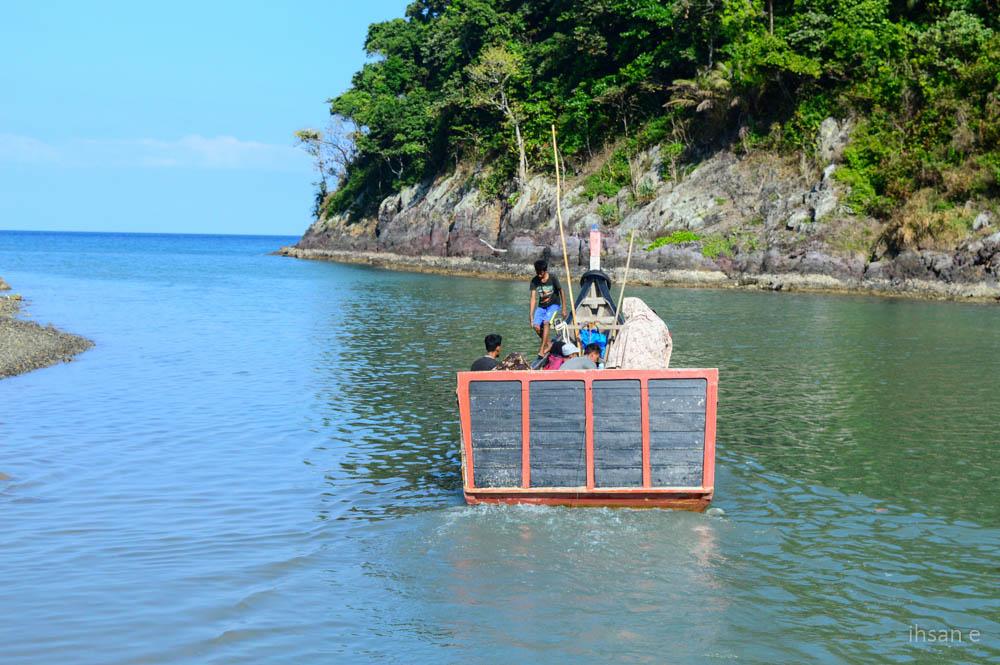 Setelah menempuh perjalanan selama 2 jam, guru tiba di pelabuhan Lampuyang, dan melanjutkan perjalanan ke lapeng dengan boat nelayang dengan karak lebih kurang 30 menit
