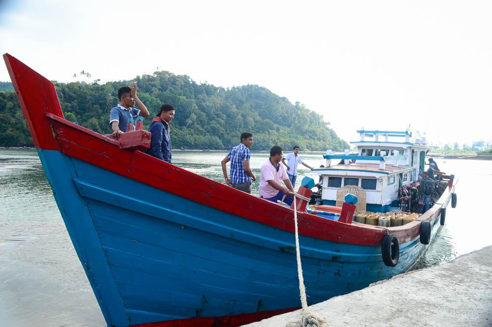 Guru yang menuju Desa Rinon tiba di pelabuhan Gugop Pulo Aceh