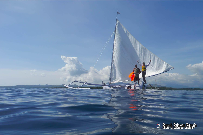 """Berlayar selama 1 minggu dari Sulawesi ke Sulawesi Selatan dengan perahu tradisional suku Mandar """"Sandek""""."""