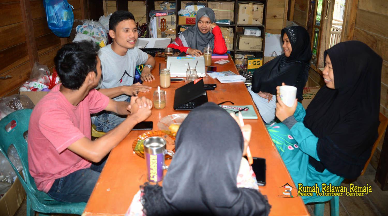 guru dan koordinator Pustaka Kampung Impian Rumah Relawan Remaja sedang mempersiapkan kegiatan tahun ke dua