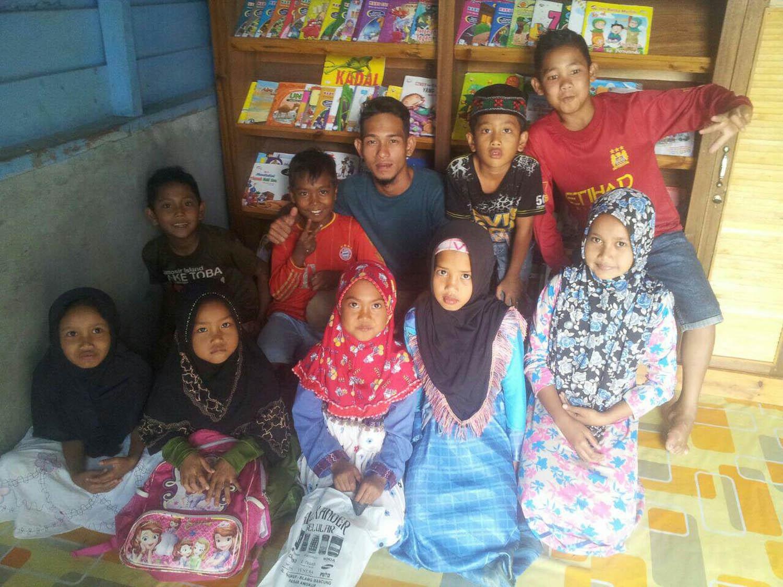 Bersama anak-anak di perpustakaan Desa bah