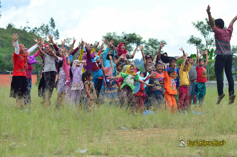 Guru Pustaka Kampung Impian Memotivasi Anak-Anak Di Pedalaman