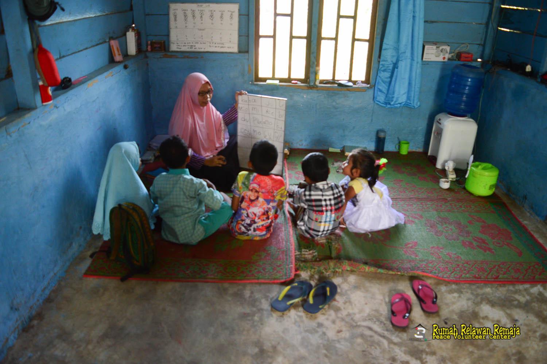 Anak- kelas membaca dasar desa Bah