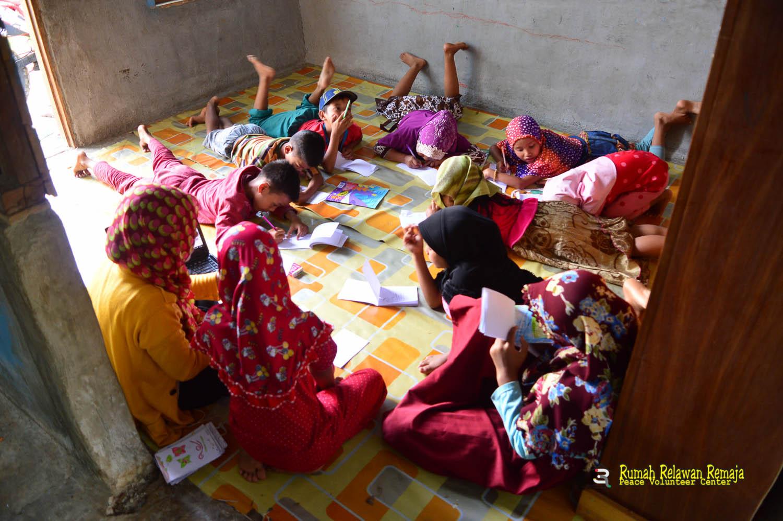 Anak- kelas membaca lanjutan desa Bah