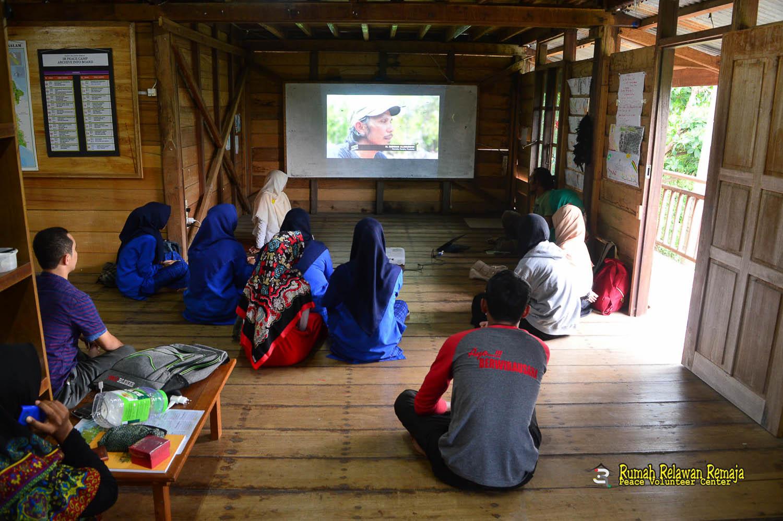 sharing literasi bersama Ridwan Alimuddin, inisiator Perahu Pustaka di Pambusuang, Kabupaten Sulawesi Barat