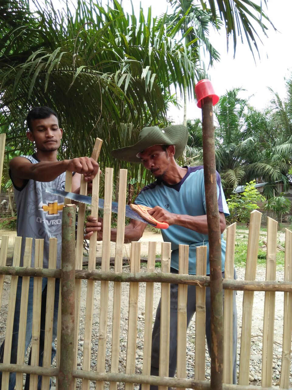 Warga Kampung Balingkarang Gotongroyong Buat Pagar Pustaka