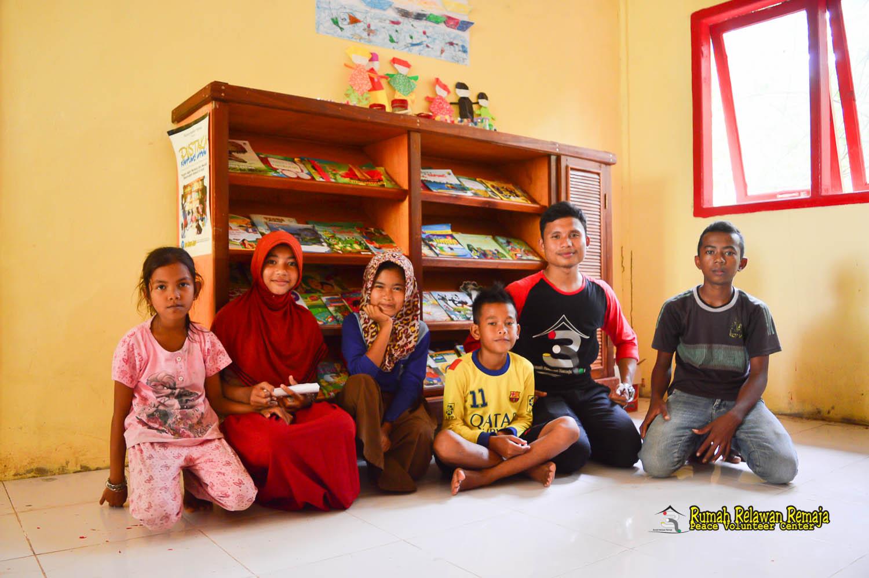 Nanda bersama anak-anak Desa Lapeng
