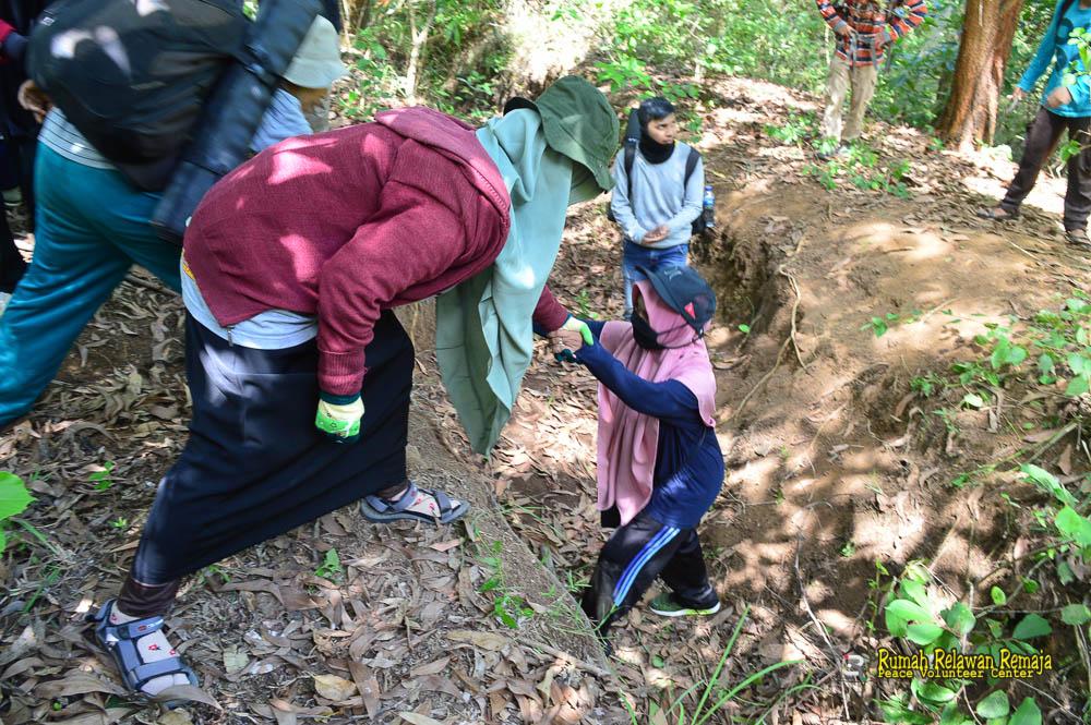 Saling bantu-membantu sesama relawan saat perjalanan.