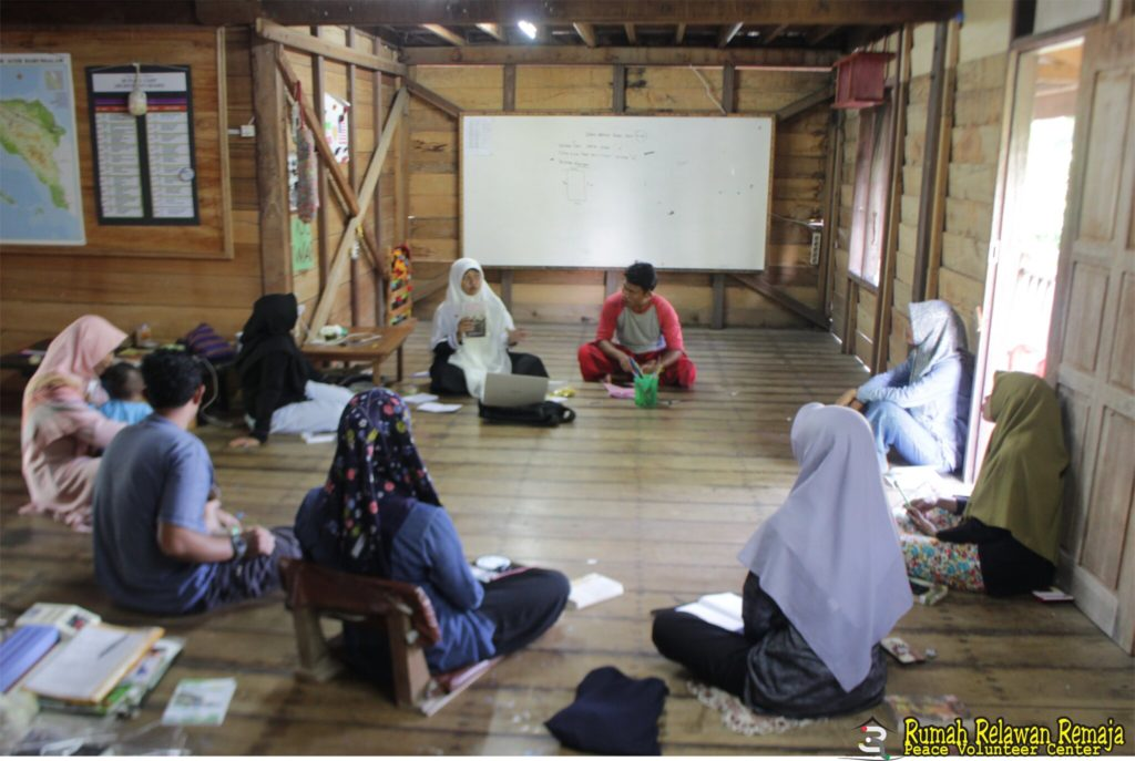 Commemorating the International Women's Day, 3R Volunteers Reviewed Book with The Women Theme